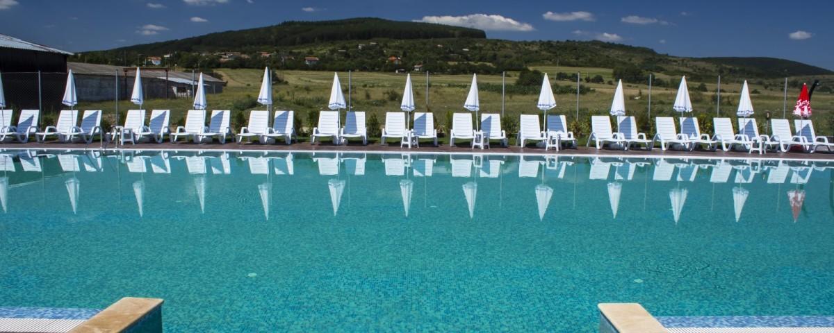 Полуолимпийски открит басейн с джакузи в с. Гълъбовци
